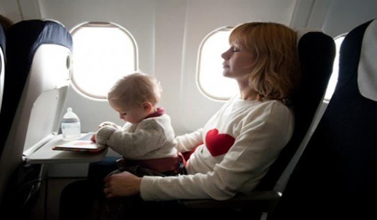 Cómo viajar en avión con un bebé